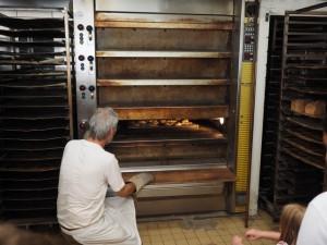 Gleich können die fertigen Teilchen aus dem Ofen geholt werden.